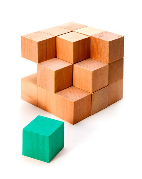 equipo mglobal cubos de madera componiendo un dado