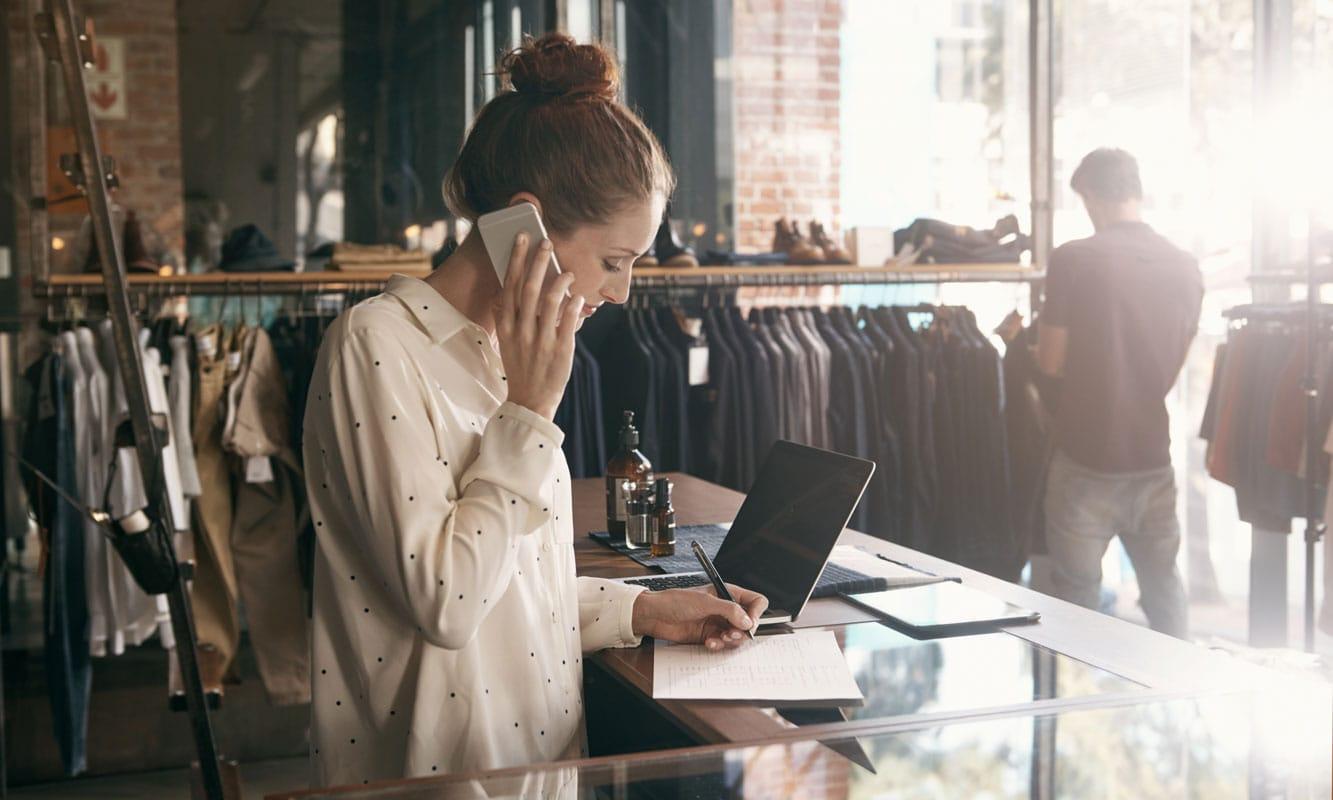 consultoria retail asesoramiento y desarrollo mujer en tienda de ropa