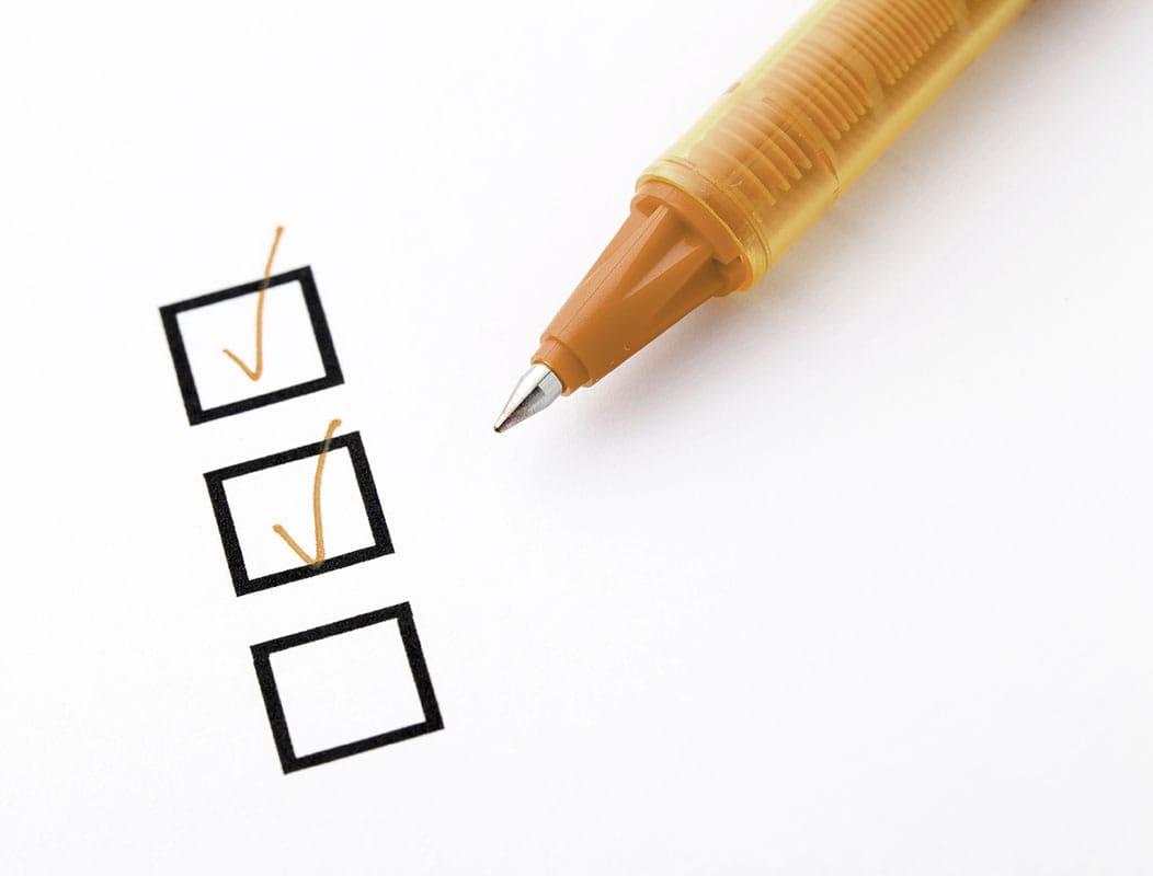 bolígrafo marcando check en servicios auditoria de marketing portada eficacia del marketing