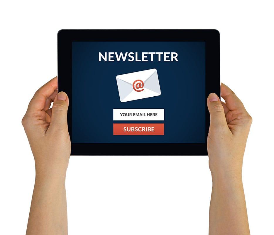 tablet con newsletter de marketing directo para servicios de email marketing y correo electrónico