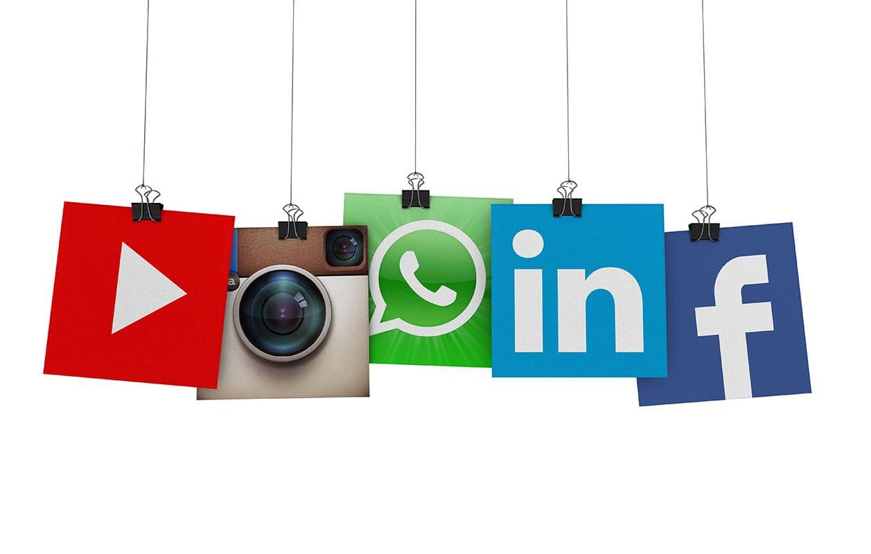 carteles con logotipos de redes sociales para seguimiento analisis de clientes en servicios de social media y redes sociales
